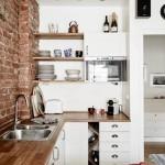 exemplu de bucatarie mica stil scandinav cu mobila alba si blat din lemn