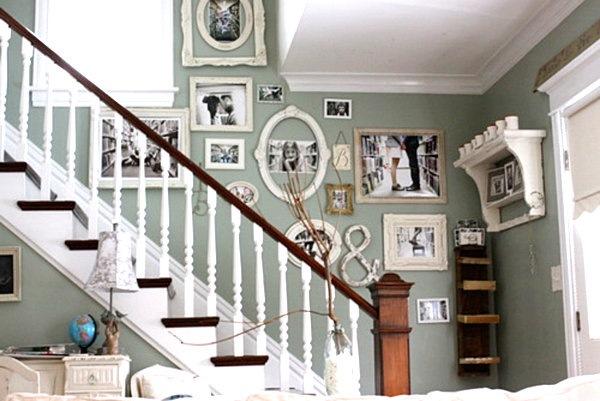exemplu expunere poze familie in rame de diferite forme si dimensiuni pe perete scara interioara