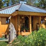 exterior casa din lemn in forma de cruce
