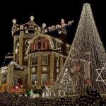 exterior casa luminata de craciun