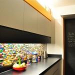 faianta multicolora ingusta si lunga decor bucatarie moderna