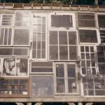 fatada din ferestre reciclate casuta lemn 500 usd sua