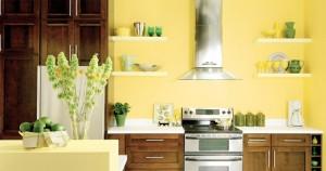 feng shui bucatarie mica decorata in galben cu rafturi