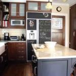 frigider decorat cu vopsea cu efect tabla scris culoare neagra
