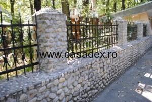 Gard din piatra de rau si fier forjat