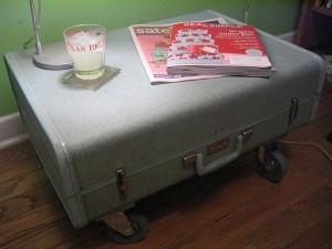 geamantan vechi transformat in masuta de cafea cu roti vintage