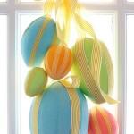 ghirlanda decorativa din oua de diferite dimensiuni si planglici pentru Paste