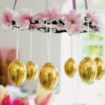 ghirlanda decorativa paste din oua vopsite si coronita de flori