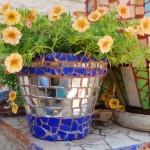ghiveci vechi ornat cu mozaic din cioburi de oglinda si bucati de gresie colorata
