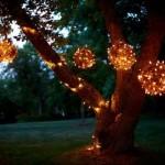 globuri luminoase agatate in copac iluminat decorativ gradina