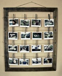 idee originala expunere mai multe poze familie intr-o rama mare de lemn