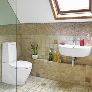 idei amenajare baie rustica mansarda gresie si faianta bej