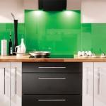 idei amenajare bucatarie moderna alb si verde smarald