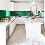 idei amenajare bucatarie moderna mobila alba perete panou sticla colorata verde