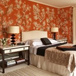 idei amenajare dormitor portocaliu stil clasic perete tapet decorativ imprimeu vegetal