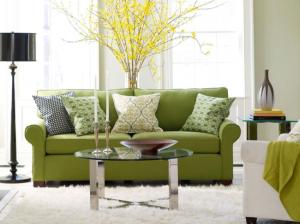 idei amenajare living nuante reci canapea verde covor alb