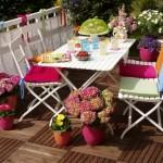 idei amenajare loc de luat masa in balcon sau pe terasa accesorii si decoratiuni colorate