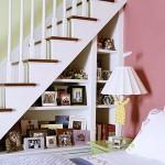 idei amenajare rafturi decorative sub scara interioara casa