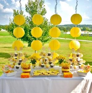 idei decor masa in alb si galben petrecere in aer liber in curtea sau gradina casei