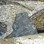 idei decor perete din piatra naturala montata circular tip mozaic