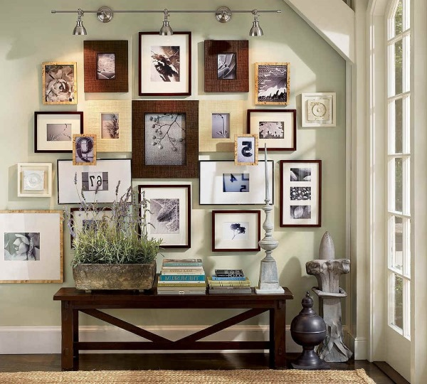 idei decor perete hol poze familie diferite dimensiuni inramate
