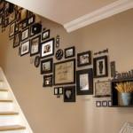 idei decor perete scara interioara cu poze familie inramate