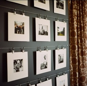 idei expunere poze familie agatate pe sarme de perete