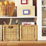 idei organizare obiecte bucatarie in cosuri din rattan impletite