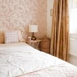 imprimeu floral tapet decorativ perete dormitor crem