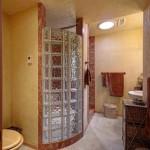 interior baie casa lemn cabina dus din caramida sticla