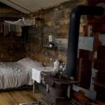 interior cabana lemn cu fatada din ferestre vechi