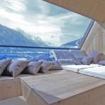 interior casa ufogel loc relaxare in fata unui geam panoramic vedere alpi austrieci