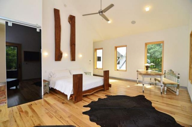 interior dormitor modern rustic decor lemn piele de vaca