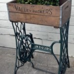 jardiniera decorativa flori din masina de cusut veche