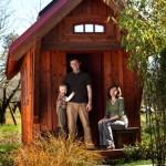 jay shafer cu fiul si sotia in fata casutei din lemn de 10 mp
