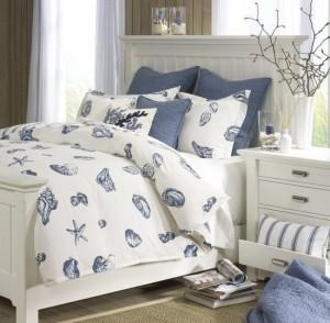 lenjerie pat imprimeu scoici dormitor amenajat in stil maritim