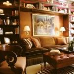living clasic mic biblioteca mare montata pe peretele din spatele canapelei