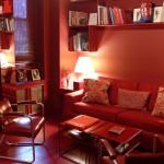 living decorat doar in rosu mobila accesorii zugraveala pereti