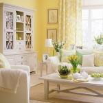 living decorat in alb galben si vernil inspirat de primavara