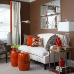 living decorat in alb maro si portocaliu
