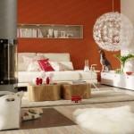living modern alb cu rosu raft incastrat in perete deasupra canapelei