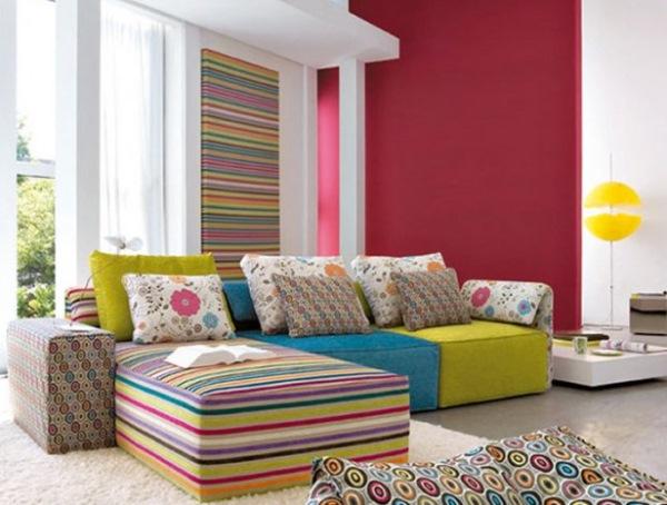 living modern canapea colorata si perete decorat cu tapet dungi colorate