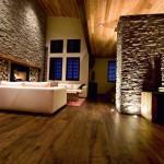 living modern minimalist cu accente rustice pereti placati cu piatra naturala