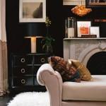 living modern perete zugravit in negru canapea covor si elemente decorative albe