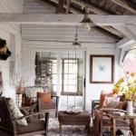 living rustic decorat cu aranjamente din crengute de toamna