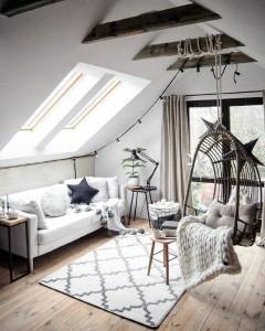 living sau camera de relaxare amenajata intr-o mansarda cu tavan inclinat