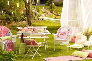 loc de luat masa in gradina romantic set masa si scaune de culoare alba stil shabby chic