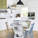 masa cu scaune vechi de culori diferite bucatarie open space stil scandinav rustic