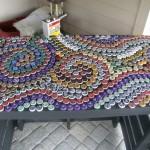 masa decorata cu mozaic din capace metalice