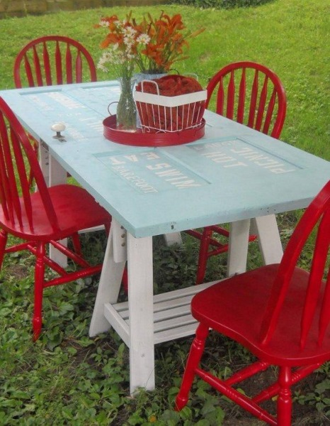 masa handmade pentru gradina sau terasa confectionata din usa veche de lemn